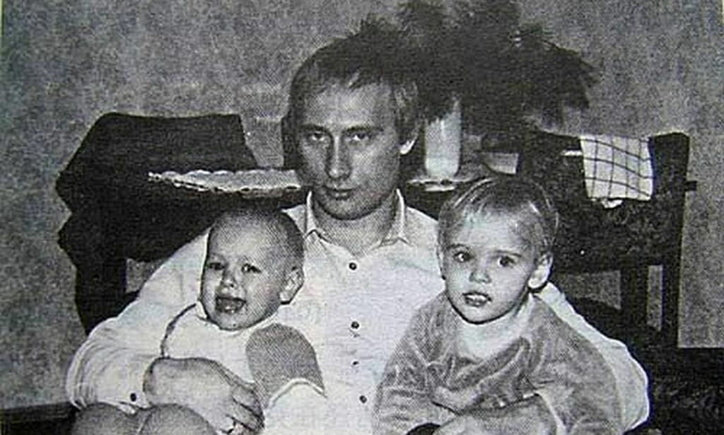DEN GANG DA: Russlands president avbildet med sine to døtre på slutten av 80-tallet. I seinere tid har de to kvinnene nærmest ikke latt seg avbilde overhodet. Foto: NTB Scanpix