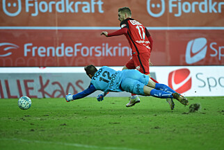 Zoran Popovic feller her Gilli Rolantsson. Straffen ble satt i mål av Vito Wormgoor. Foto: Marit Hommedal / NTB scanpix