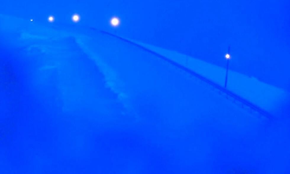 STENGT: Dette bildet ble tatt ved E6 over Kvænangsfjellet natt til mandag klokka 04.49. Veien er stengt. Foto: Statens vegvesen
