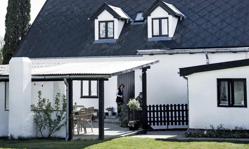 INTERIØR: I tillegg til hovedhuset er det også et lite vaskehus. Det skaper en hyggelig hage mellom husene. FOTO: Tia Borgsmidt
