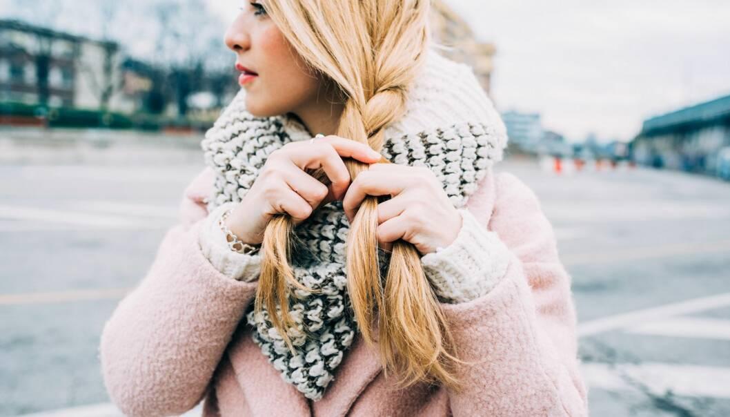 KULDE: Tørr luft, bitende kulde og mye luebruk er alle faktorer som kan gjøre håret statisk og hodebunnen fett. FOTO: NTB Scanpix