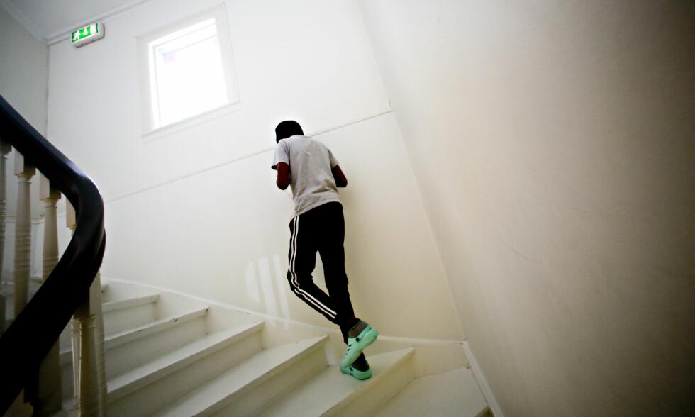 IKKE BEHANDLET LIKT: Til tross for at Norge og de andre nordiske landene holder menneskerettigheter høyt, blir ikke asylsøkende barn behandlet på samme måte som landets egne, viser en ny Unicef-rapport. På bildet er en 14 år gammel anonymisert asylsøker. Foto: Scanpix