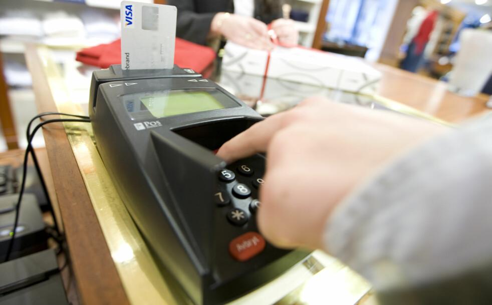 <strong>ETT GEBYR HER, ETT GEBYR DER:</strong> Hver gang du bruker bankkortet, kommer det et gebyr i tillegg til summen du betaler for det du kjøper. Du kan spare en god del penger på å bytte dagligbank, og en ny tjeneste fra Finansportalen hjelper deg å finne det beste alternativet for deg. Foto: Håkon Mosvold Larsen/NTB Scanpix.