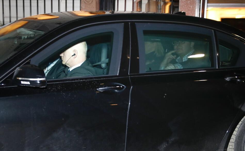 I KRISEMØTE: Justisminister Sylvi Listhaug forlater møtet i statsministerboligen mandag kveld. Ved siden av henne sitter hennes politiske rådgiver Espen Teigen. Foto: Terje Pedersen / NTB scanpix