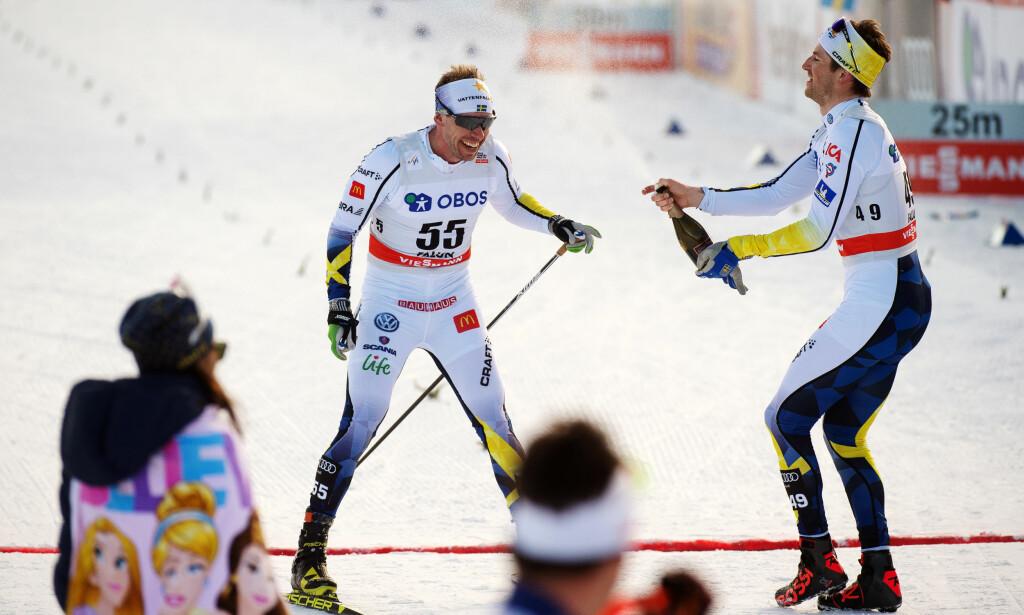 LEGGER OPP: Svenske Emil Jönsson. Her får han seg en champagne-dusj etter å ha passert målstreken for siste gang. Foto: Bildbyrån