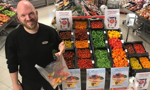 PLUKK SELV: - Vi solgte 20 kilo mer smågrønnsaker enn vanlig godteri den første helgen, sier Øyvind Nøstmyr ved Coop EXTRA i Tromsø.