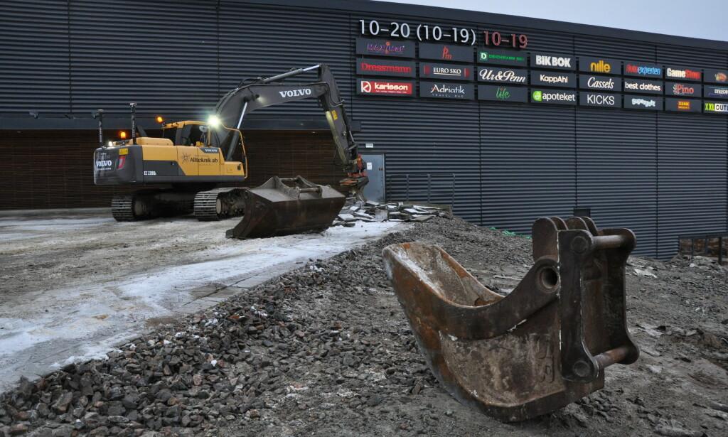 INVESTERER: Olav Thon har tro på fortsatt vekst på sine kjøpesentre langs grensa. Her er gravemaskinene i gang i Töcksfors. Foto. Thon Eiendom