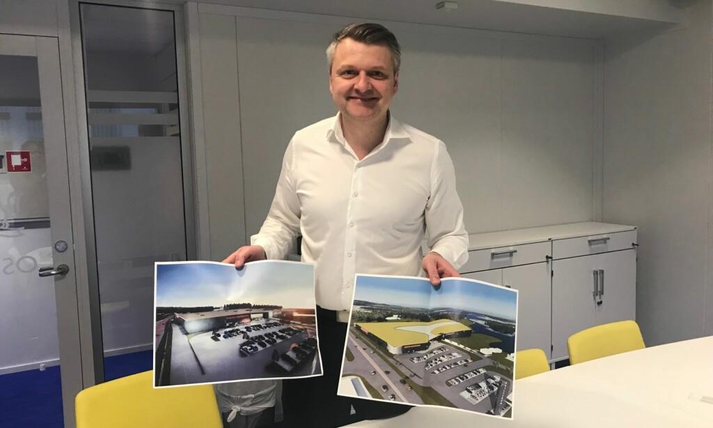 UTVIDER: Utviklingssjef i Thon Eiendom, Simen Brække Olsen, med bilder som viser planlagte utvidelser av kjøpesentrene langs grensen. De tre grensesentrene deres hadde i fjor 15 millioner besøkende. Foto: Tine Faltin