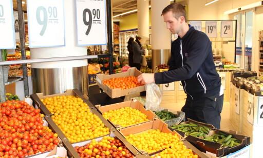 SUNT: Christian Hatz ved REMA 1000 Ensjø bekrefter at snackgrønnsakene er populære.