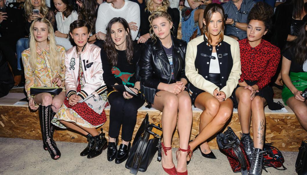<strong>TJENER GODE PENGER:</strong> Ifølge The Hollywood Reporter tjener herved «Stranger Things»-stjernen Millie Bobby Brown (nr. to f.v.) kanskje like mye som sin 32 år eldre og mye mer erfarne motspiller Winona Ryder (nr. tre f.v.). Her på motevisning med stjernene Emma Roberts, Chloë Grace Moretz, Riley Keough og Sasha Lane. Foto: AP/ NTB scanpix