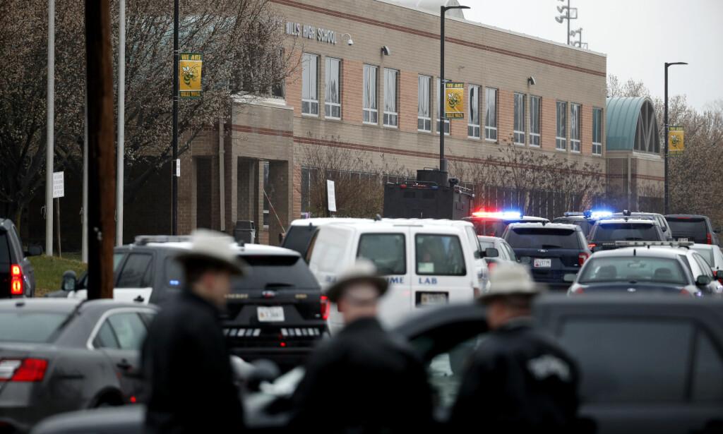 SKYTEEPISODE: Lokalt politi og føderale agenter utenfor Great Mills High School tirsdag morgen. Tre personer er kritisk såret etter en skyteepisode på skolen. Foto: AP Photo/Alex Brandon/NTB Scanpix