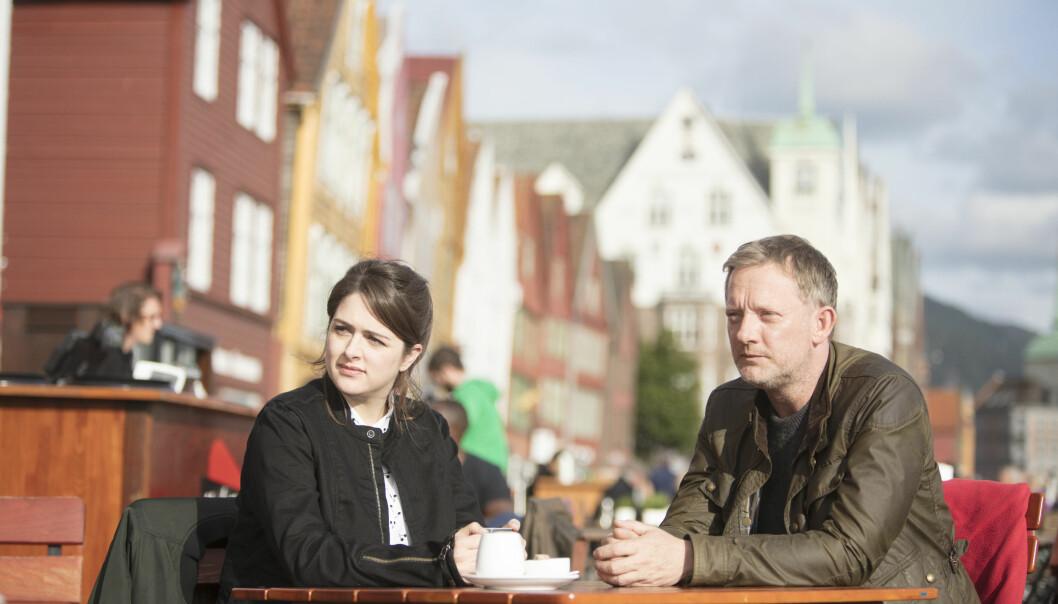 SHETLAND: Etterforskningen fører kriminalinspektør Perez (Douglas Henshall) og politietterforsker Tosh (Alison O'Donell) til Norge i tredje episode. Foto: NRK