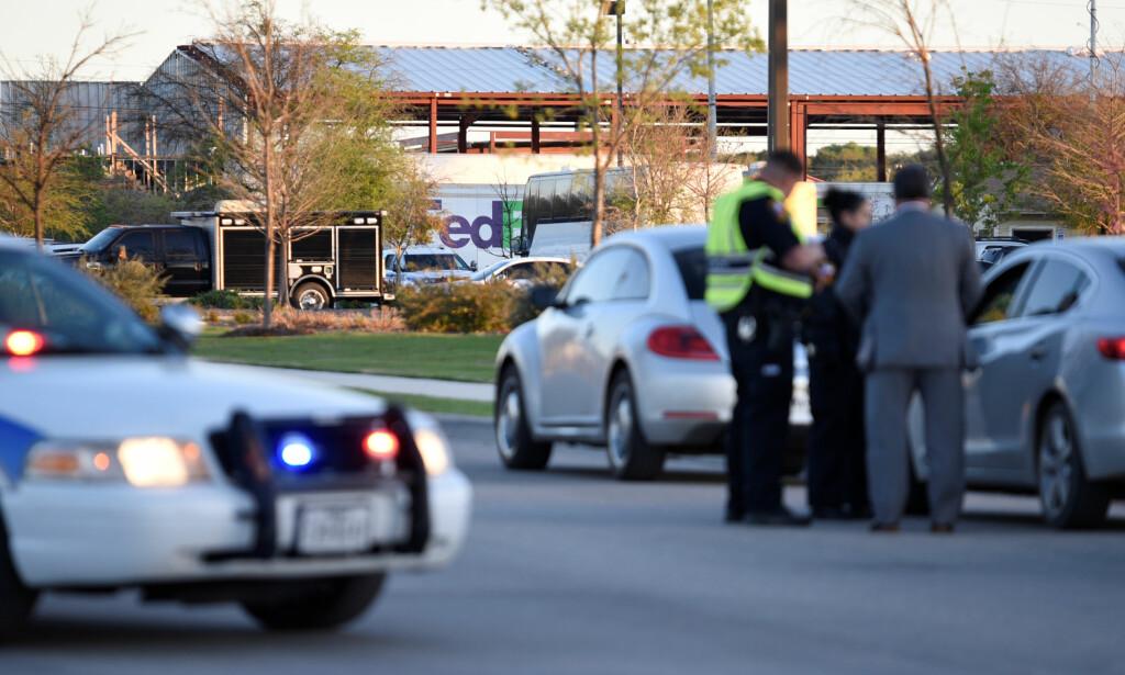 PAKKEBOMBE: Tirsdag morgen eksploderte en pakkebombe utenfor et FedEx-anlegg i Schertz, Texas. Foto: REUTERS/Sergio Flores/NTB Scanpix