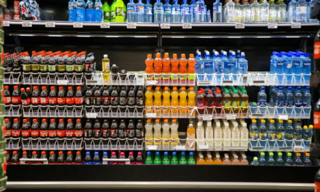 ANGRER: I statsbudsjettet for 2018 ble sukkeravgiften økt med 83%, og avgiften på brus og andre alkoholfrie drikkevarer øker med 42,3 prosent. Frp var med på å vedta avgiften, men ser de uheldige konsekvensene. - Forbrukerne betaler dyrt, sier Aina Stenersen, fraksjonsleder for Frp i Helse- og sosialkomiteen i Oslo bystyre. Foto: NTB Scanpix