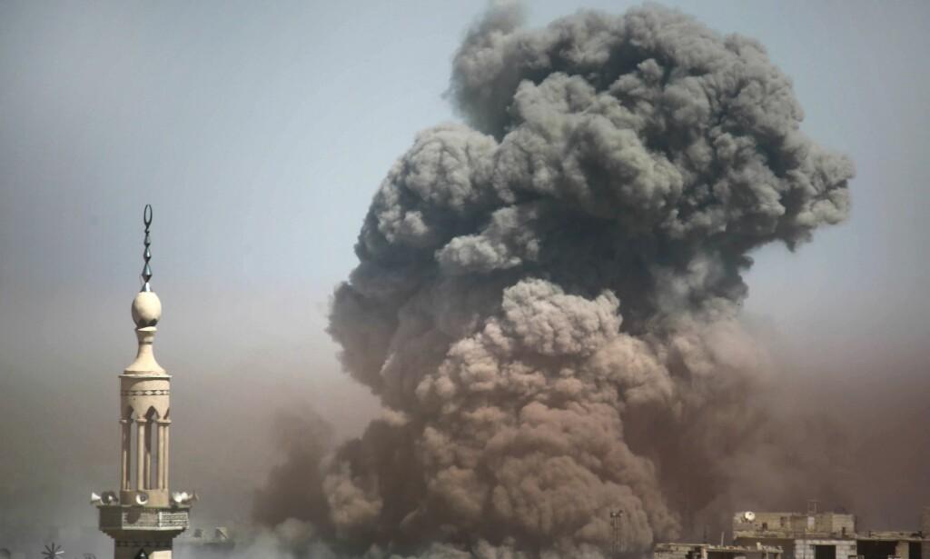 KAMPENE FORTSETTER: Dette bildet av voldsom røykutvikling fra en bombe sluppet i Arbin i beleirede Øst-Ghouta utenfor Damaskus er tatt tirsdag. Foto: Amer Almhibany, AFP/NTB Scanpix.