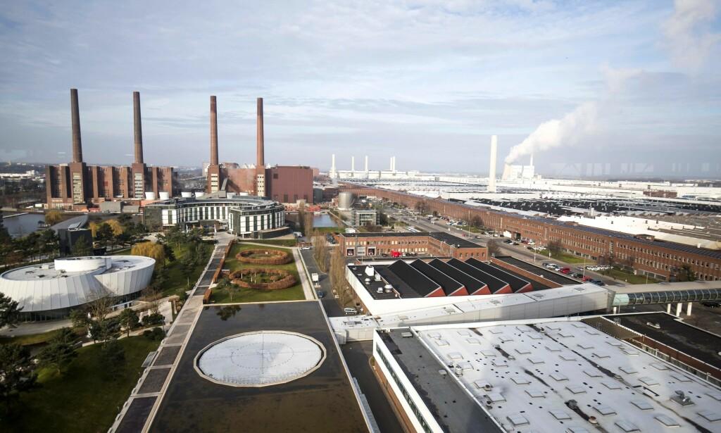 HOVEDKVARTER: Dette er Volkswagens hovedanlegg i Wolfsburg. Også BMW fikk besøk av tysk påtalemyndighet tirsdag etter mistanker om nytt juks med utslippstall. Foto: Odd M. Andersen, AFP/NTB Scanpix.