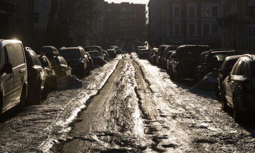 Oslo  20180207. Etter en unormalt kald, snørik og fuktig vinter med stedvis dårlig brøyting, er det holkeføre og dype hjulspor i mange gater rundt om på østlandet. Her fra Majorstua i Oslo onsdag. Foto: Håkon Mosvold Larsen / NTB scanpix