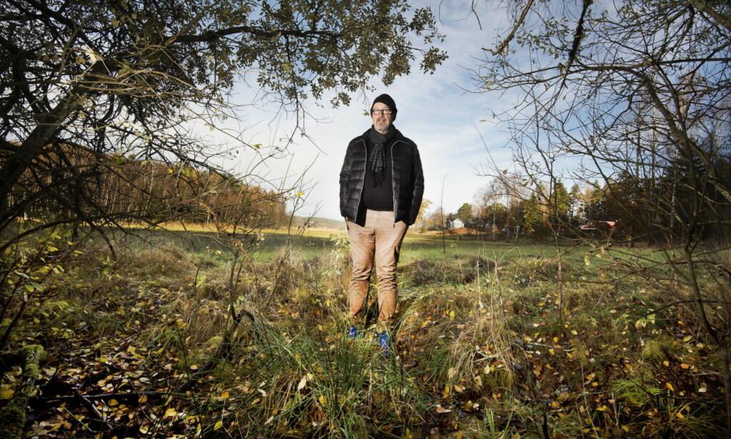 ÅKEREN: Det var her, i ei dreneringsgrøft ved siden av en åker i Näsinge, skjelettet til den uidentifiserte mannen ble funnet i 2014. Kriminalkomissær Sten-Rune Timmersjö leder etterforskningen. Foto: Hans Arne Vedlog / Dagbladet