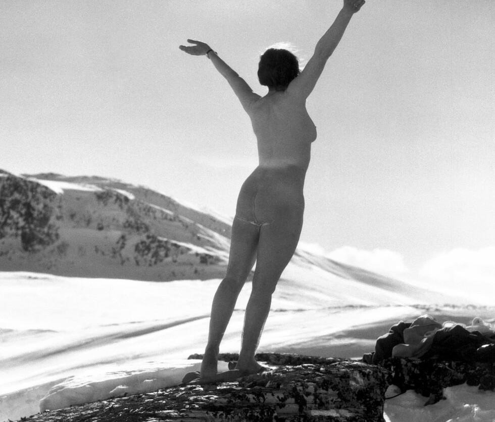 FOR 94 ÅR SIDEN: #naking handler om å kle av seg på fjelltopper eller ute i naturen. Men det er ikke noe nytt fenomen. Dette bildet tok den kjente norske fotografen Anders Beer Wilse i Rondane i 1924. Foto: Anders Beer Wilse / Norsk Folkemuseum