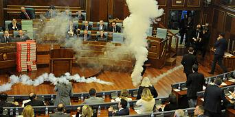 image: Kastet tåregass i nasjonalforsamlingen for å stoppe avstemming