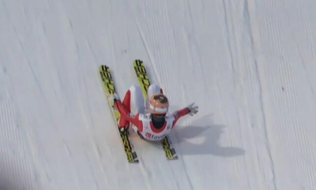 DYP: Stefan Kraft var så dyp som det var mulig å komme etter å ha landet på 253,5 meter. Foto: NRK