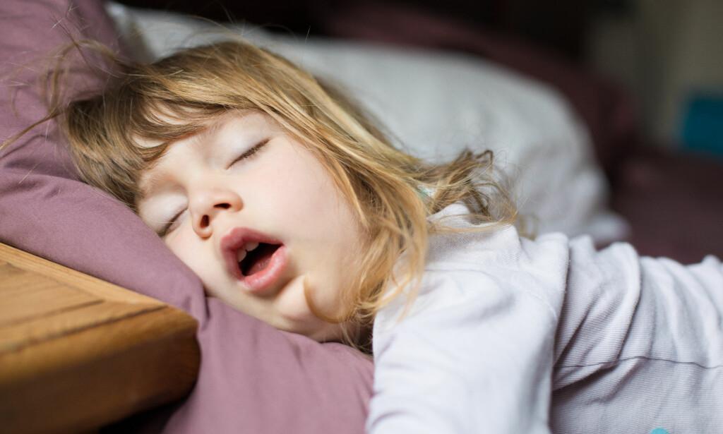 NOK SØVN TIL BARN: Får barnet ditt for lite søvn, kan konsekvensene være uoppmerksomhet, irritasjon og problemer med innæring på skolen. Foto: Quintanilla / Shutterstock / NTB Scanpix