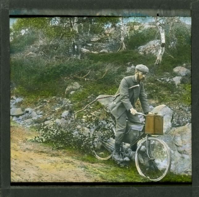 PÅ TUR: Anders Beer Wilse fartet mye rundt i Norge med fotoapparatet sitt. Her har han foreviget seg selv på et ukjent sted. Fargene er håndkolorert i etterkant. Foto: Anders Beer Wilse / Dextra Photo, Norsk Teknisk Museum