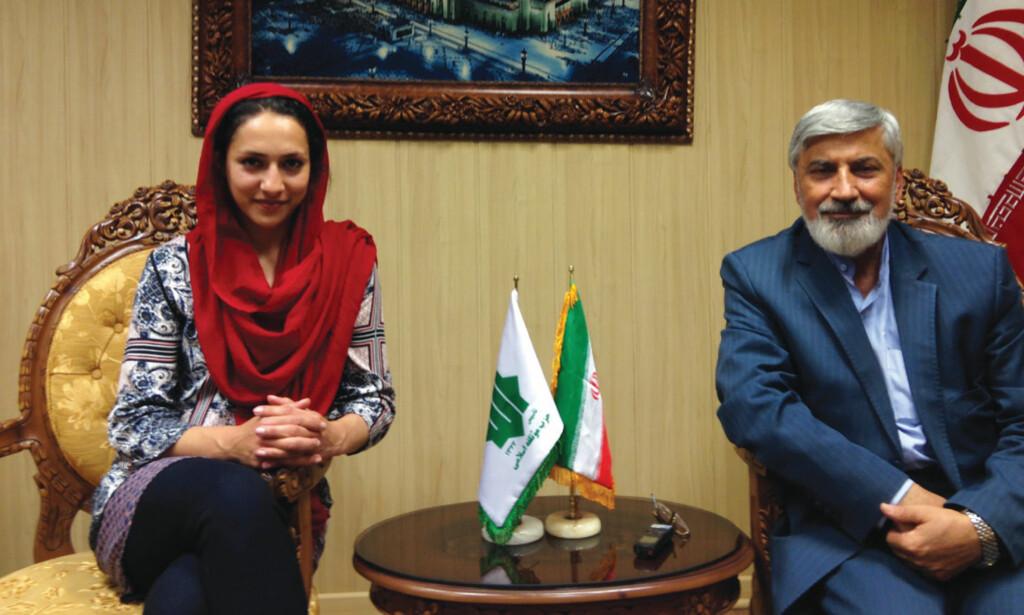 KLEDD FOR ANLEDNINGEN: Mah-Rukh Ali intervjuer den konservative politikeren Hamidreza Taraghi i Teheran. Foto fra boka