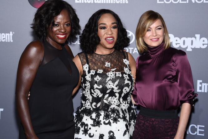 "LANGT SAMARBEID: Shonda Rhimes (i midten) har i en årrekke stått bak suksessrike tv-serier for tv-kanalen ABC. Nå skifter hun til Netflix. Her er hun med «<span style=""font-size: 14px; font-weight: 400;"">Greys Anatomy</span>»<span style=""font-size: 14px; font-weight: 400;"">-</span>skuespiller Ellen Pompeo (t.h) og «<span style=""font-size: 14px; font-weight: 400;"">How to get Away with Murder</span>»<span style=""font-size: 14px; font-weight: 400;"">- stjernen </span>Viola Davis (t.v). Foto: Pa Photos/ NTB scanpix"
