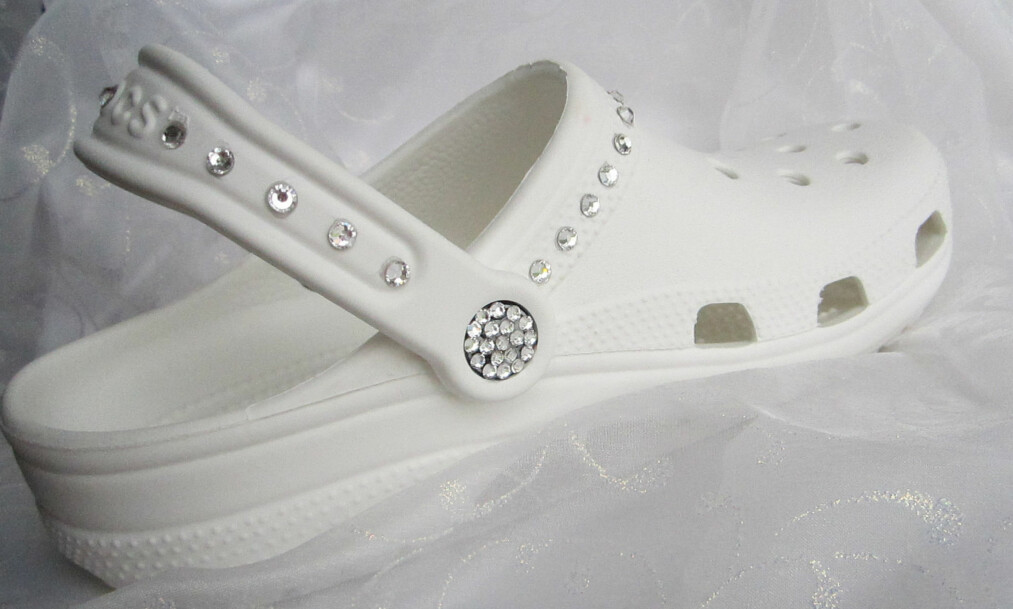 CROCS TIL BRYLLUP: Denne skoen har fått mye oppmerksomhet den siste tiden. Foto: Etsy / AngelaReeseStudio