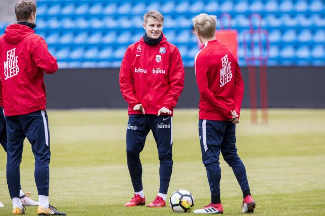 I SITT ESS: Martin Ødegaard har storkost seg på samlingen med landslaget denne uka. Foto: Tore Meek / NTB scanpix