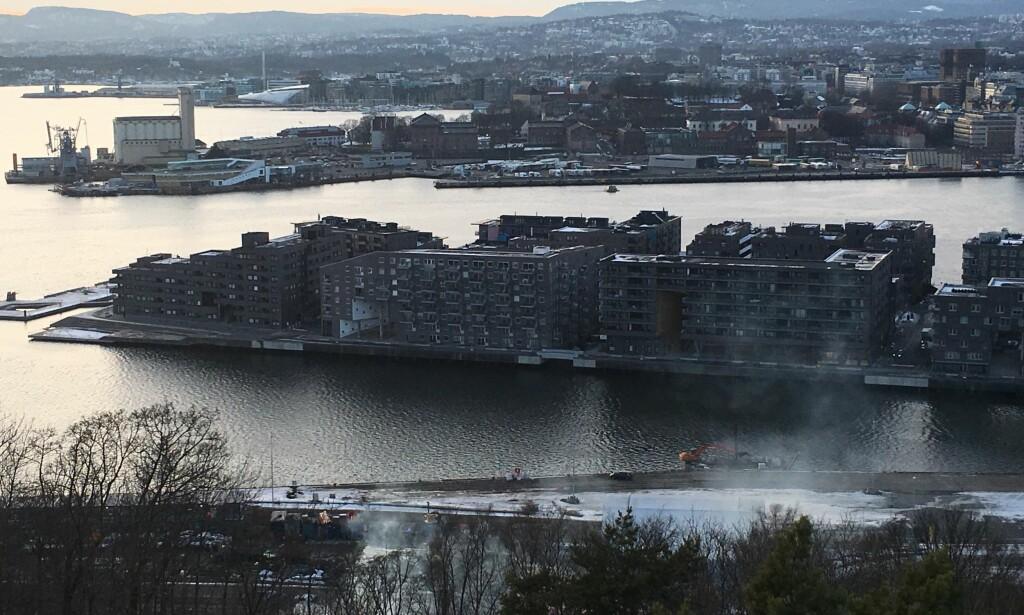 RØYK: Det ryker kraftig fra sjakta som brenner. I bakgrunnen se vi Sørenga og Vippetangen med Statsministerens kontor. Foto: Lars Eivind Bones / Dagbladet