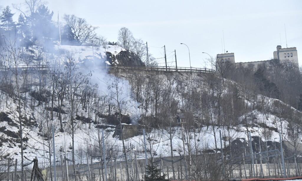 BRANN: Det brenner i denne sjakta i Kongsveien i Oslo. En kasse merket «sprengstoff» er funnet i sjakta, og et stort område er sperret av. Foto: Lars Eivind Bones / Dagbladet