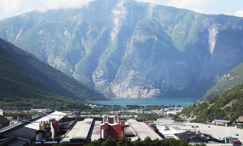KAN BLI RAMMET: Norsk stål og aluminium kan bli rammet av en toll på henholdsvis 25 og 10 prosent. Her Hydro Aluminiums fabrikk i Øvre Årdal. Foto: Erik Johansen / NTB scanpix