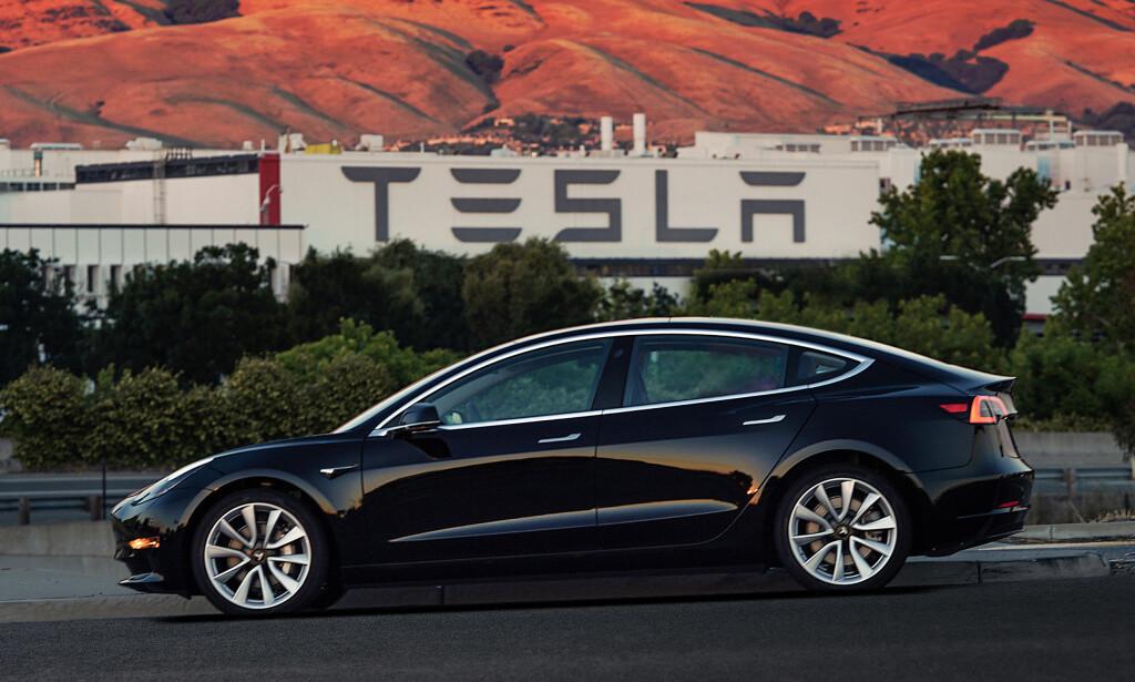 POPULÆR: Tesla Model 3 har kanskje ikke kommet til Norge ennå, men interessen er stor. På grunn av den norske elbilsatsningen hadde Norge det laveste CO2-utslippet fra nybilparken i 2017. Foto: Tesla Motors
