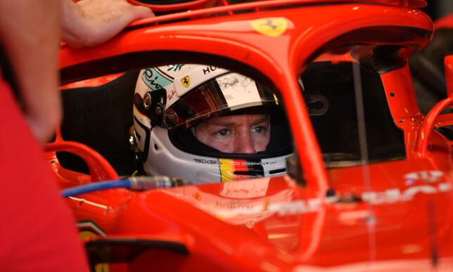 KLAGER: Sebastian Vettel i sin Ferrari med en rød bøyle. Foto: NTB Scanpix