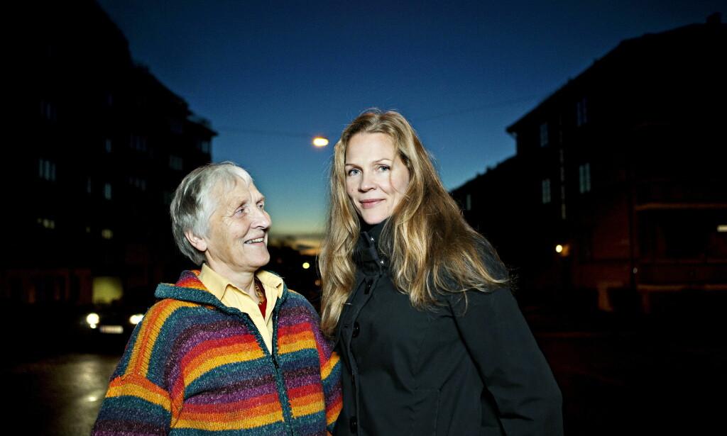 KVINNEPORTRETT: Frøydis Guldahl var første jenta som tok hovedfag i astrofysikk på Blindern, og en av kvinnene som portretteres i boka. Her med datteren Åsne Seierstad i 2009. Foto: NINA HANSEN