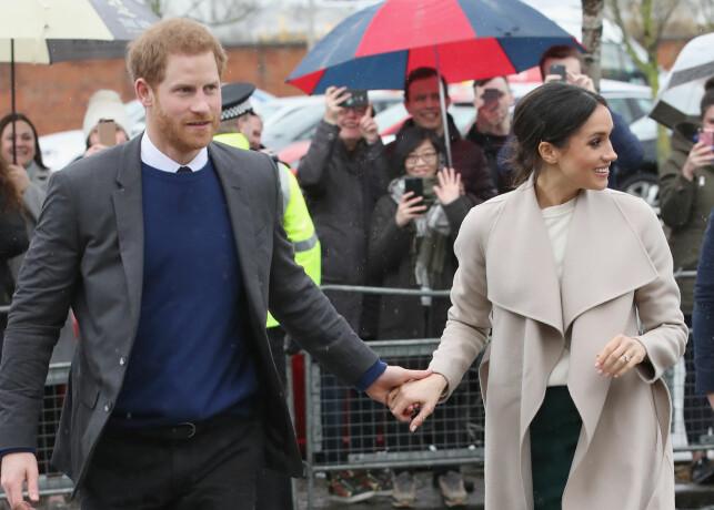 FEIL SVEIS: Ifølge utenlandske medier er hårsveisen til Meghan Markle ikke riktig etikette for den britiske kongefamilien. Foto: NTB Scanpix