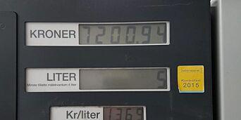 image: Raymond kikket med glede opp på bensintavla. Så begynte han å fylle