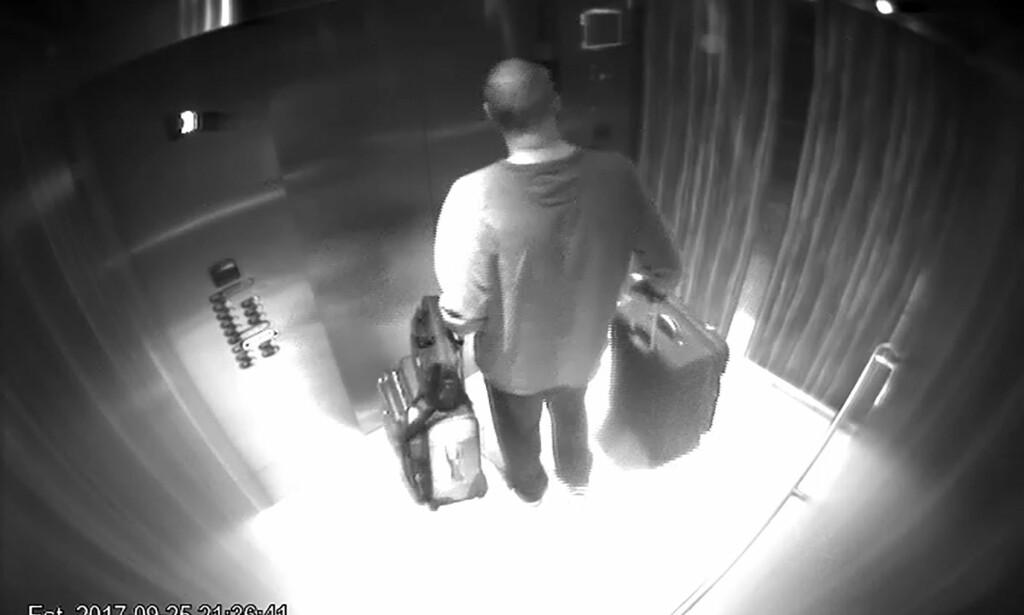 I HEISEN: Massedrapsmannen Stephen Paddock i heisen med kofferter fulle av ammunisjon og våpen. Foto: MGM Resorts/Splash News