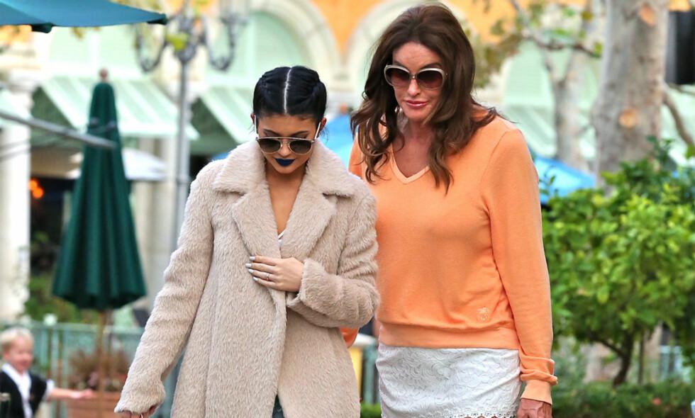 LEI: Caitlyn Jenner - tidligere Bruce Jenner - ønsker ikke lenger å bli kalt «pappa» av barna sine. Her avbildet med yngstedatteren, Kylie. Foto: NTB scanpix