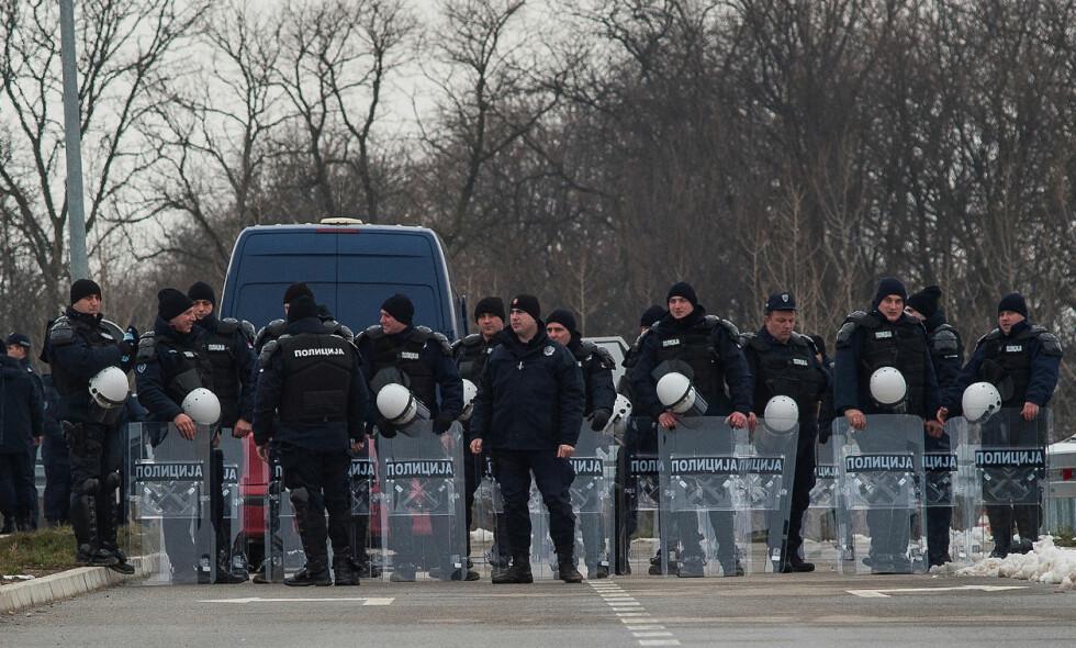 SIKKERHETSKONTROLL: Politiet har satt opp flere sikkerhetskontroller rundt spillerhotellet og arenaene der VM-kvalifiseringskampene spilles. Foto: Nemanja Pancic / Reuters