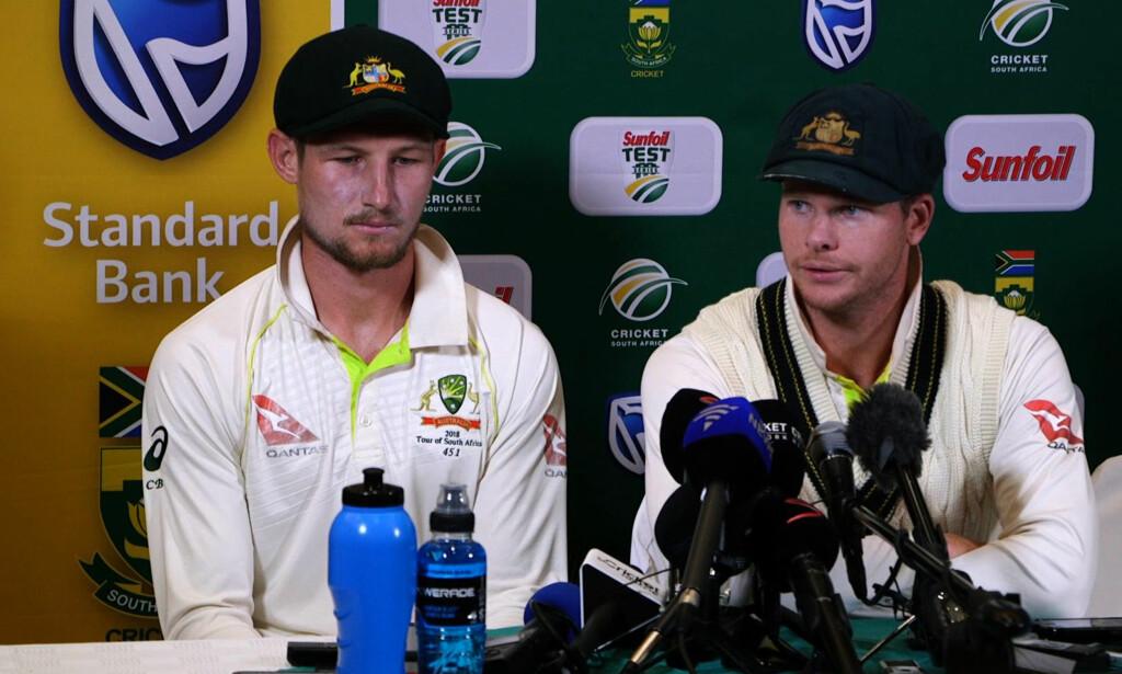 BEKLAGER JUKS: Australias cricketlandslag med kaptein Steve Smith (høyre), og Cameron Bancroft innrømmer at de tuklet med ballen. Foto: Afp / NTB Scanpix