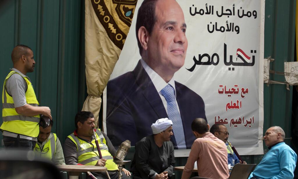 STORE FAR: Livet går sin vante gang i Egypt, mens valgplakaten for Abdel Fattah al-Sisi forkynner at landets sikkerhet avhenger av ham. Foto: Amr Nabil/AP/ NTB Scanpix