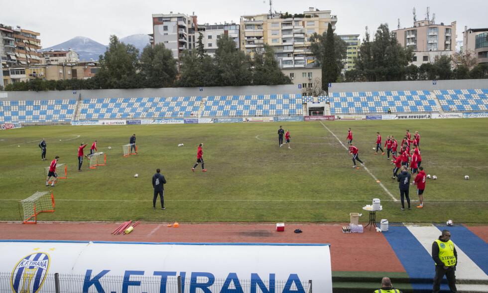 GJØRMETE: Fotballandslagets trening foregikk på denne stadion i Tirana i dag. Foto: Vidar Ruud / NTB scanpix