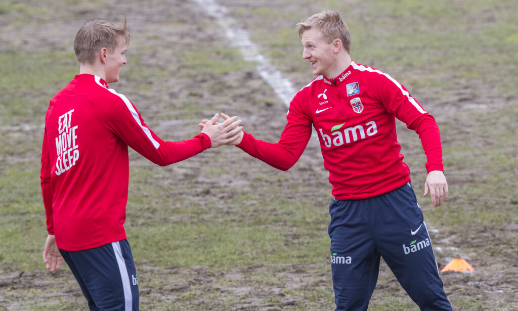 HÅNDTRYKK: Martin Ødegaard (t.v.) og Mats Møller Dæhli tok hverandre i hånda på en ikke altfor grønn matte. Foto: Vidar Ruud / NTB scanpix