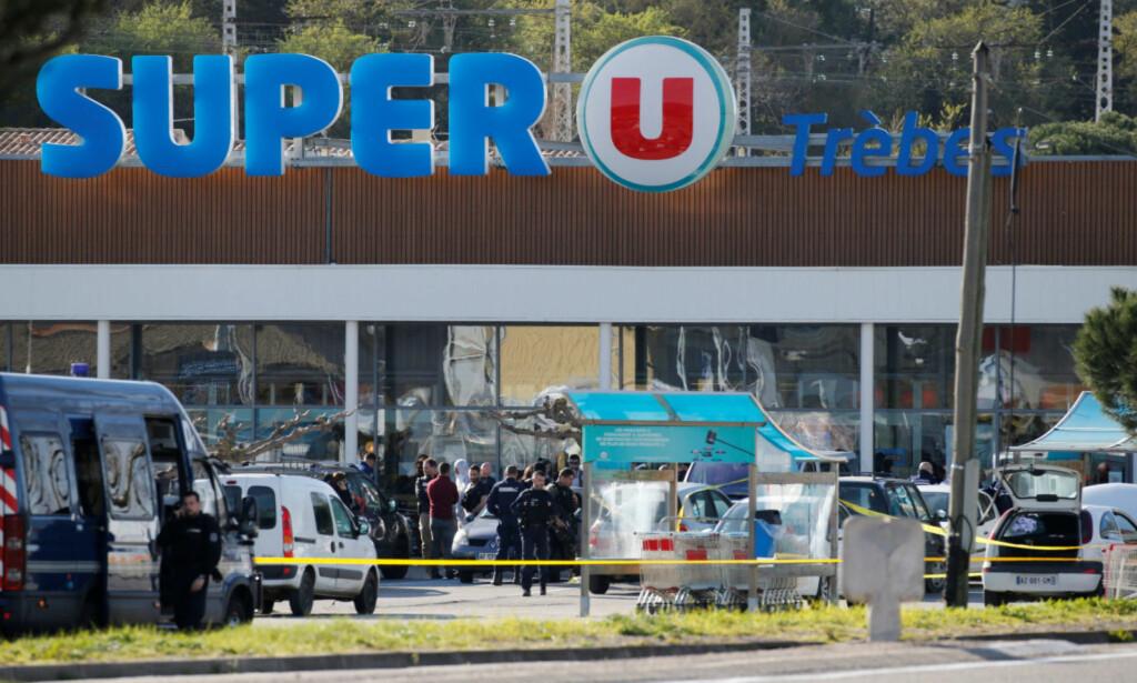 AKSJONERTE: Et stort antall politifolk aksjonerte mot supermarkedet Super U i Trebès i Sør-Franrkrike fredag. Arnaud Beltrame pekes på som den store helten i aksjonen. Foto: Regis Duvignau / Reuters / NTB Scanpix