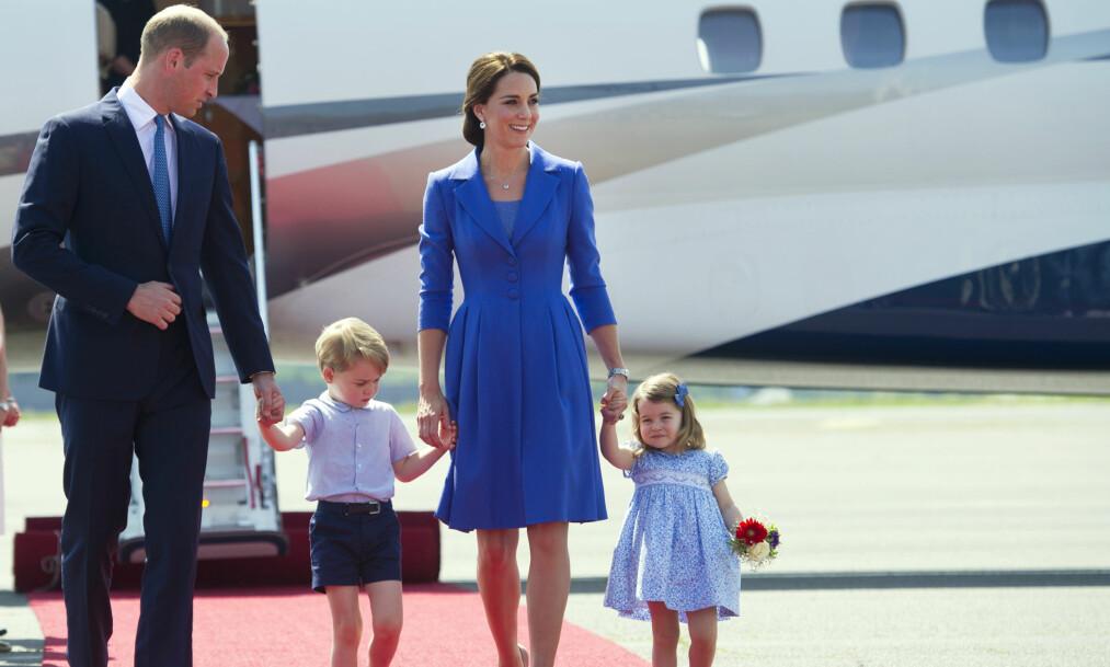 YNDIG: Den søte familien på fire, som snart blir til fem, er ofte å se på flytur sammen. Det er stikk i strid med kongelig tradisjon. Foto: NTB scanpix