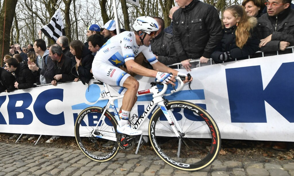 AKTERUTSEILT: Kristoff kjempet med bravur, men holdt ikke følge med de beste over Kemmelberg. AFP PHOTO