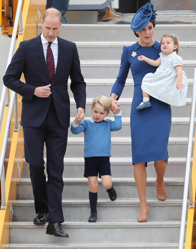 UT PÅ TUR: Ved flere anledninger har William, nummer to i arverekken, flydd med sine to barn - som etterfølger ham som arvinger. Dersom flyet deres hadde styrtet, måtte man valgt langt bakover i rekkene. Foto: NTB scanpix
